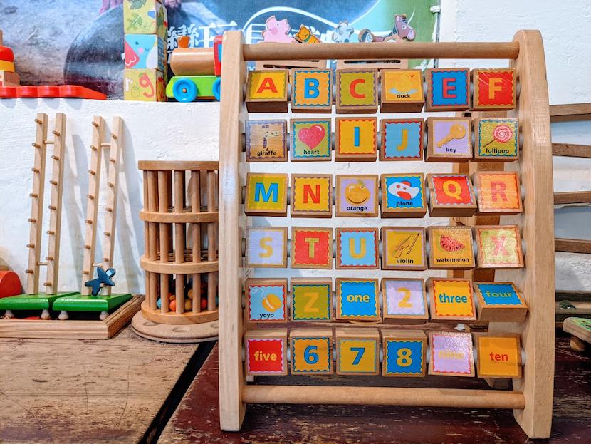 Renkli ahşap İngilizce alfabe oyuncağı