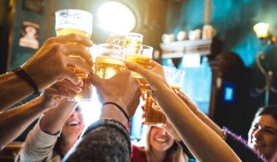 【主題單字】Drink like a fish是像魚一樣喝酒?8個和喝酒(drinking)有關的英文告訴你!