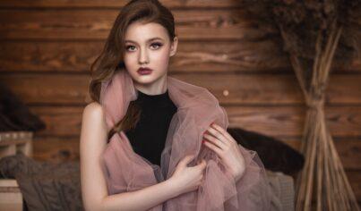 【影視英文】走在巴黎街頭的時尚,你知道花格子襯衫、針織上衣、高領毛衣英文怎麼說嗎?
